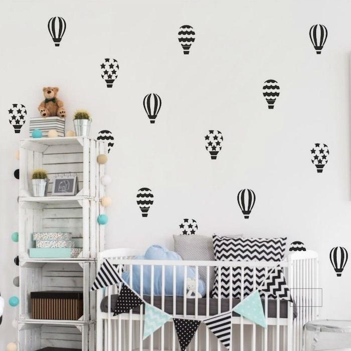 fabriquer une étagère diy en cagettes de bois repeints de blanc lit cocooning blanc décoré de coussins deco chambre bebe garcon
