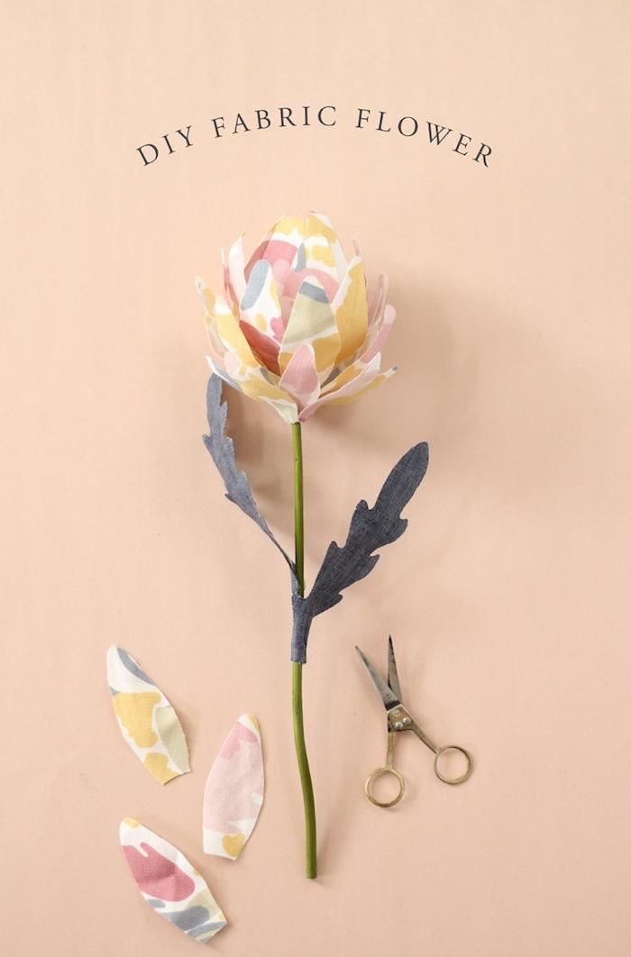 fabriquer une fleur en tissu aa partir de chutes colorées tige artificiell et feuilles de tissu idée fabriquer des objets en tissu pour la déco intérieure