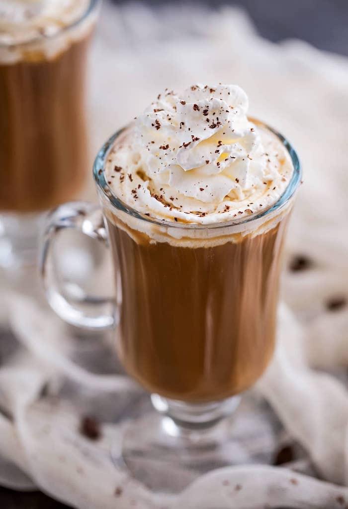 faire café irlandais décoré de crème fouettée idée de boisson énergisante avec café