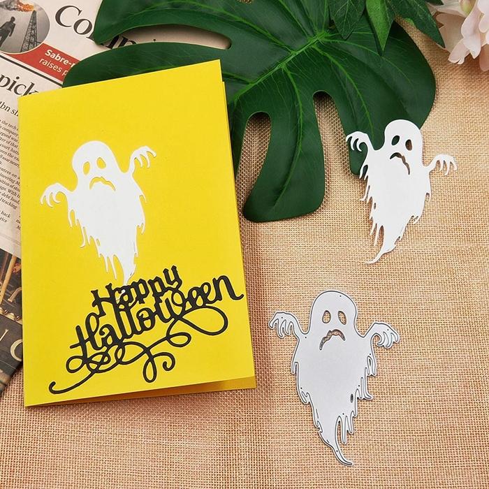 fausse feuilles monstera activité halloween maternelle nappe beige journaux fleurs artificielles activité automne