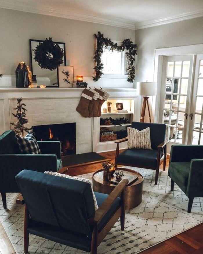 fauteuils gris anthracite table basse en laiton tapis blanc à figures geometriques murs gris perle deco branches de pin
