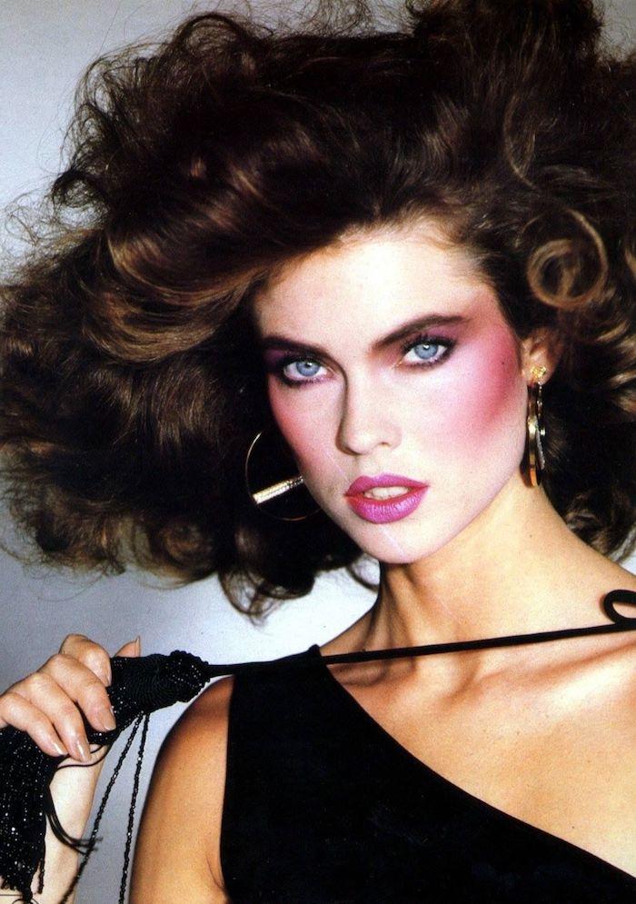 femme des années 80 maquillage avec un fond de teint claire et blush rose fouet dans les mains