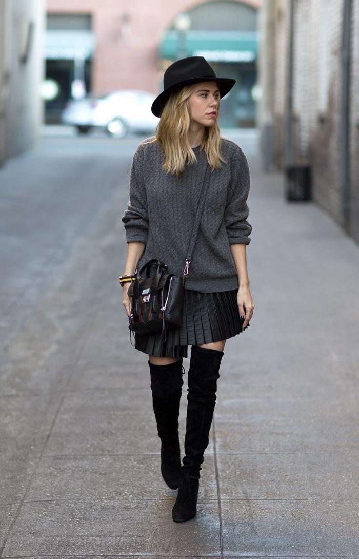 femme en mini jupe et bottes look boho chic capeline noire pull gris anthracite sac bandoulière noir cuir