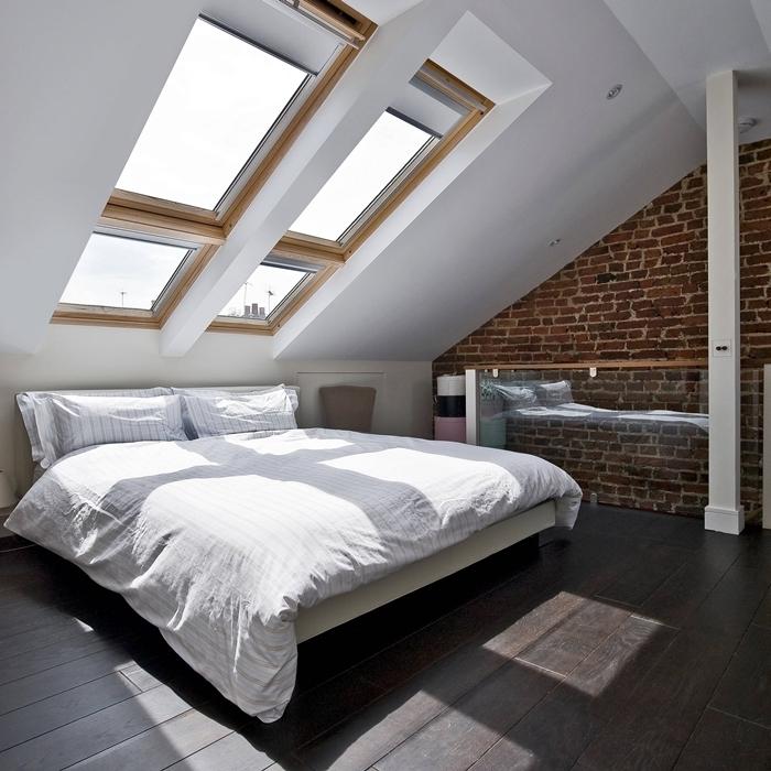 fenêtre de plafond bois chambre sous les toits mur briques riuges design minimaliste lit cadre noir et blanc