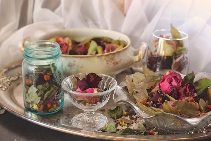 feuilles de laurier pétales de rose et autres fleurs séchées lante decoration de fleurs séchées