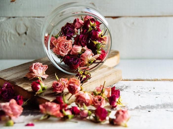 fleurs séchées déco technique de séchage roses à l air libre pot verre planche découpe bois pétales roses séchées