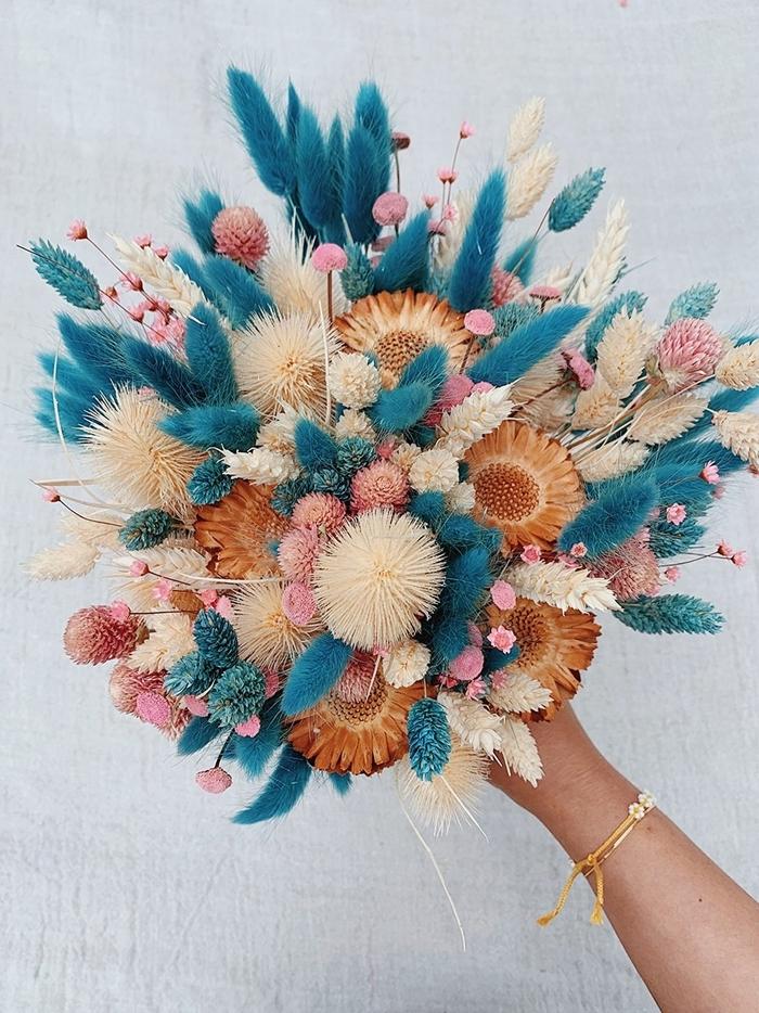 fleurs séchées mariage projet créatif honestlywtf bouquet mariée avec herbes et fleurs main femme bracelet or