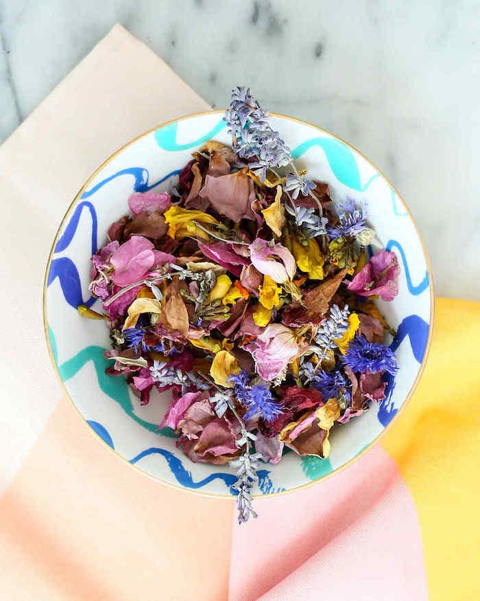 fleurs séchées déco originale de pétales de fleurs variés de couleurs variées dans coupelle colorée