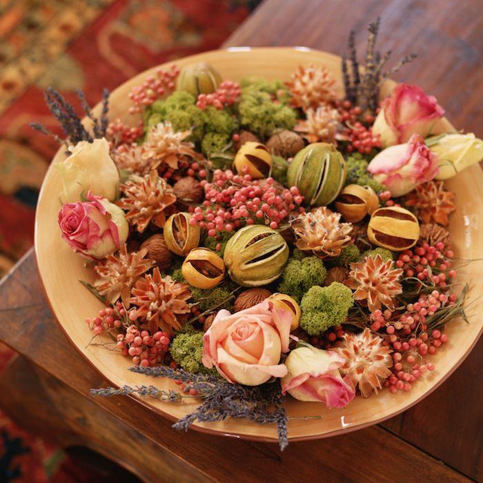 fleurs séchées déco roses lavabde et aures vegetaux dans assiette de bois exemple de deco a faire soi meme pour la maison