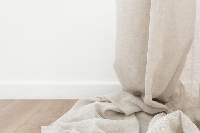 fond d écran esthétique un rideau beige sur le parquet en bois des murs blancs