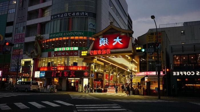 fond d écran esthétique vibrante vive et colores un grand boulevard en asie avec beaucoup de publicites illumines