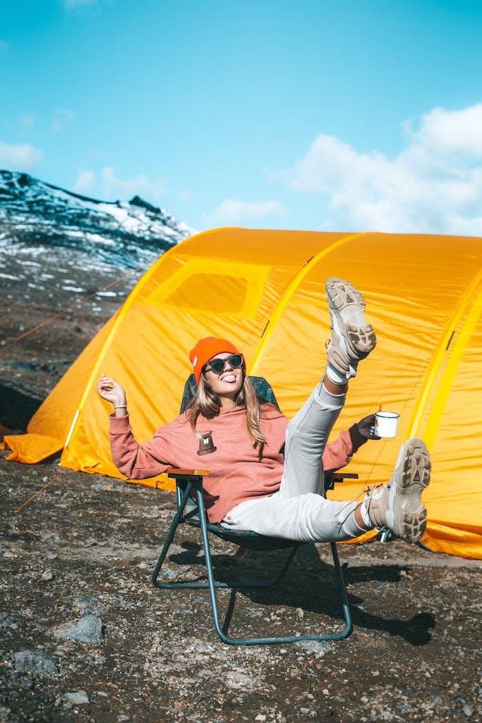 fond d ecran classe esthetique colore et heureuse lumineuse une fille sous le solei devant une tente