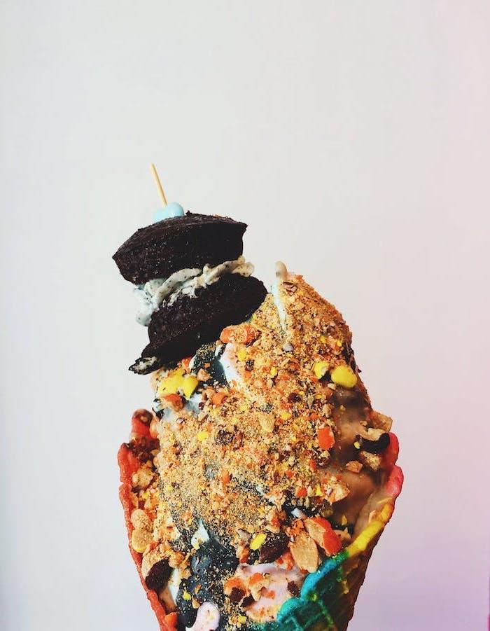fond d ecran original avec une glace dans un cone etouffe avec des biscuits et des noix
