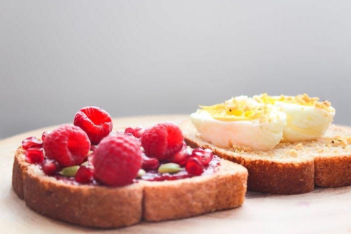 fond d ecran original deux tranches de pain avec des framboises et des oeufs fond d ecran tartine allechantes
