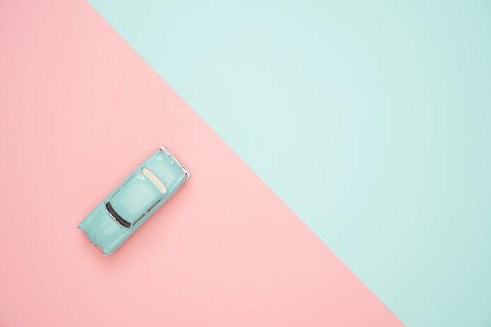 fond d ecran pastel divise en deux parties rose et bleue avec une jouette voiture