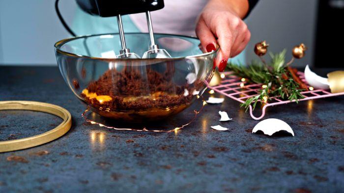 fouetter le sucre et les jaunes d oeufs pour faire boisson chaude de noel lait de poule maison sans alcool