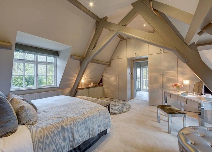 garde robe intégrée mur blanc poutres bois gris chambre avec dressing et salle de bain éclairage stores fenêtre