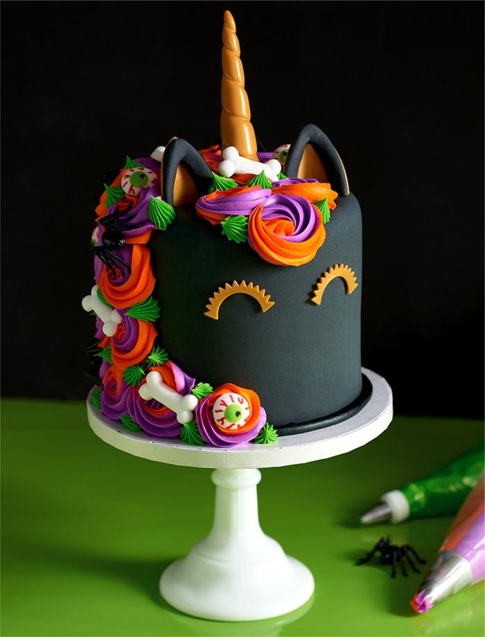 gateau anniversaire halloween fondant colorant alimentaire noir dessert licorne figurines feuilles citrouilles crème glaçage