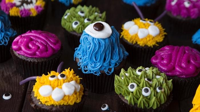 gateau monstre facile à préparer fête halloween recette sucrée muffin maison glaçage colorant alimentaire yeux sucre