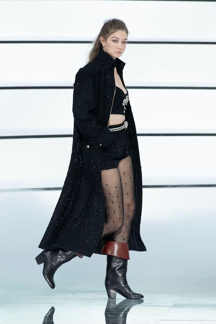 gigi hadid pour chanel vetue en manteau surdimensionne top courte shorts et collant tenue casuel chic