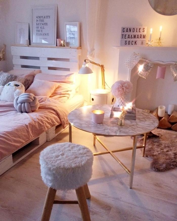 guirlande lumineuse fausse cheminée bougies table marbre ronde vase fleurs roses peinture chambre fille ado blanche
