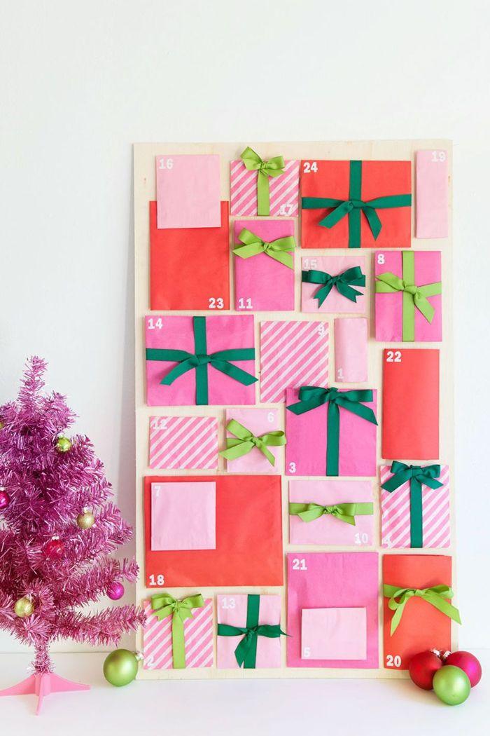 idée calendrier de l avent en enveloppes de papier colorées et décorées de ruban sur planche de bois