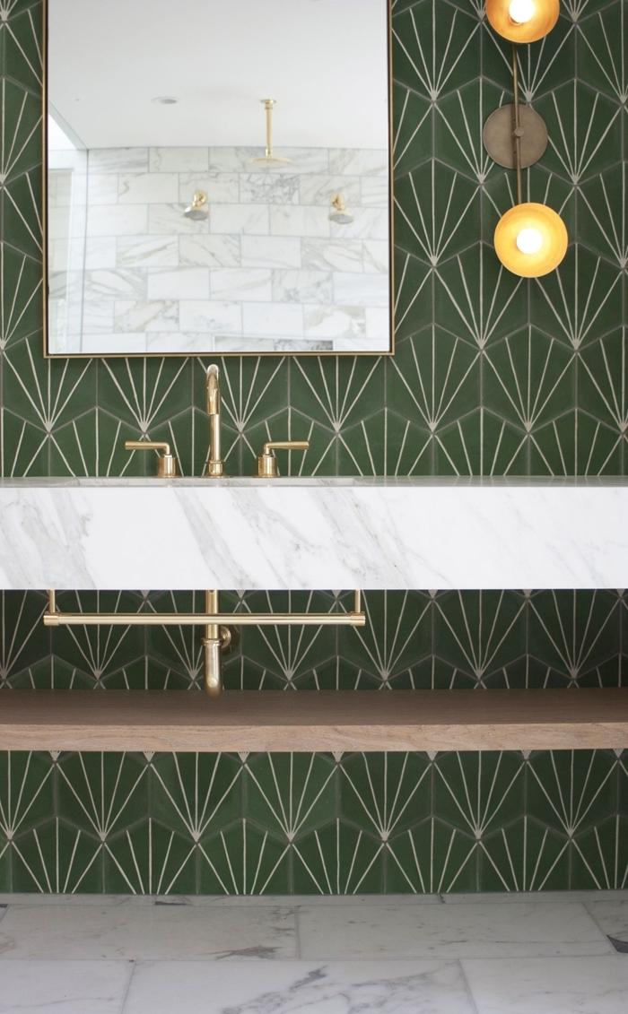 idée carrelage salle de bain moderne revêtement de sol dalles marbre blanc rangement sous lavabo étagère bois robinet laiton