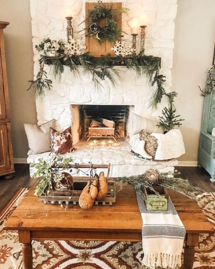 idée cheminée de pierre blanche tabe basse bois deco branches de pin tapis coloré à motifs floraux coussins decoratifs