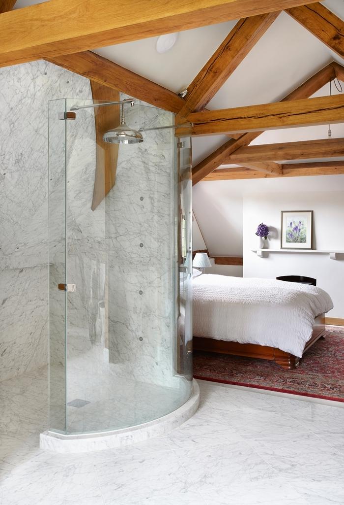 idée déco chambre parentale salle d eau cabine de douche poutres bois apparente étagère murale accents bois