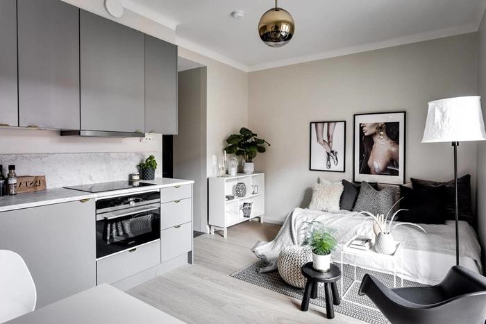 idée petite cuisine moderne crédence marbre plan de travail armoires meubles haut cuisine gris mat plantes vertes
