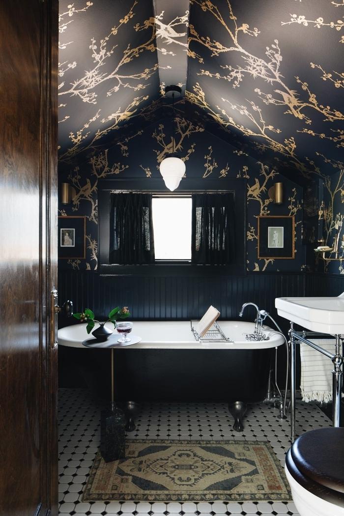 idée salle de bain moderne mur foncé papier peint salle de bain tendance noire feuilles dorées baignoire sur pieds dorés