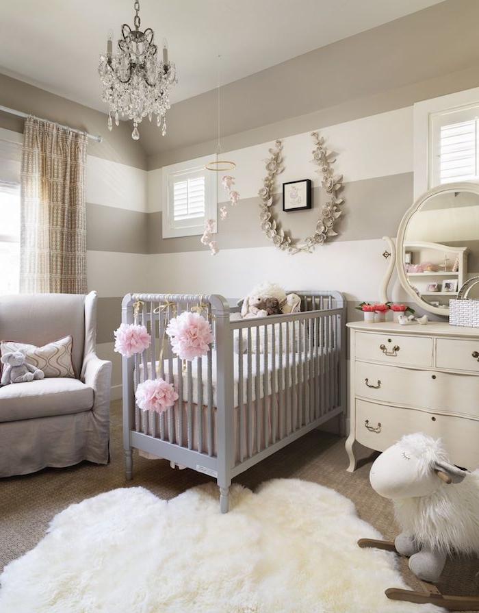 idée chambre bébé fille avec peinture murale blanche et grise à rayures lit gris clair tapis fourrure blanche commode blanche ambuance scandninave