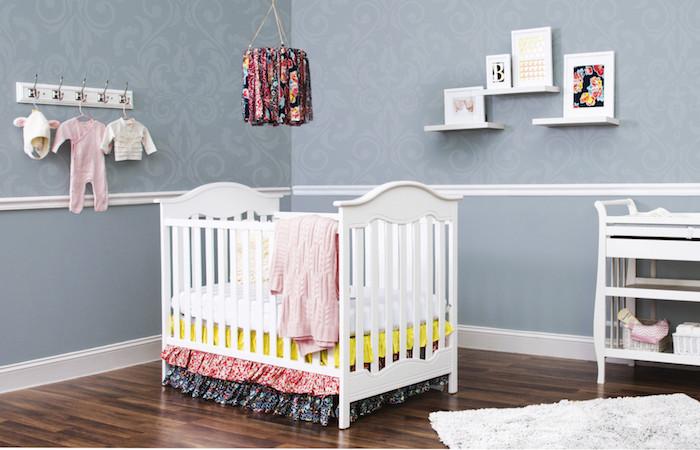idée déco chambre bébé fille mobile bébé en tambour à broder et des chutes de tissu imprimés variés