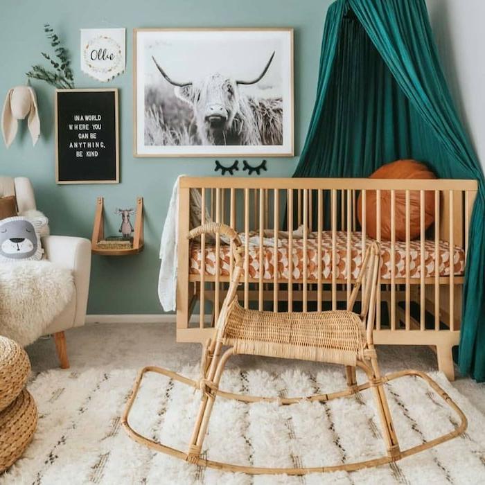 idée déco chambre bébé garçon lit bois chaise à bascule fauteuil blanc tapis blanc moelleux peinture murale vert d eau fauteuil blanc cassé
