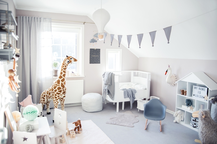 idée déco chambre bébé mixte sous pente avec lit blanc à barreaux petite étagère maisonette blanche jouets bébé animaux murs gris perle et autres petites decorations cocooning scandinaves