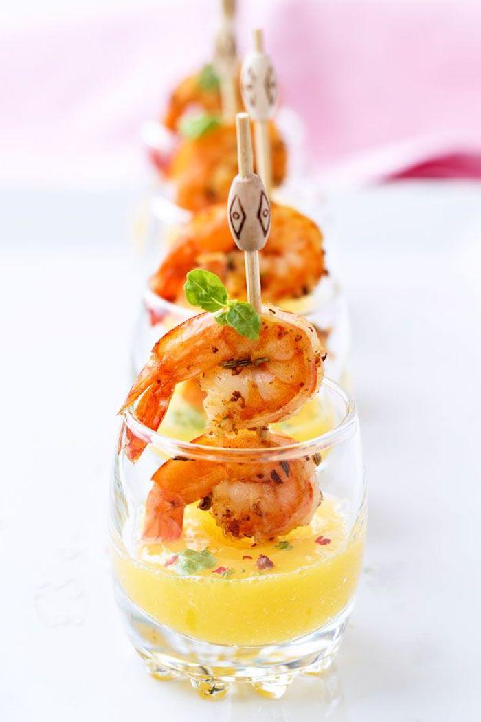 idée de brochette de crevettes avec de la sauce de mangue en verre verrines de fete apéritif