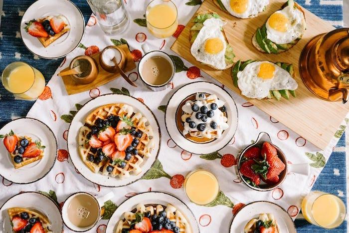 idée de brunch maison avec des plats sucrés des crepes gaufres et cafe au lait