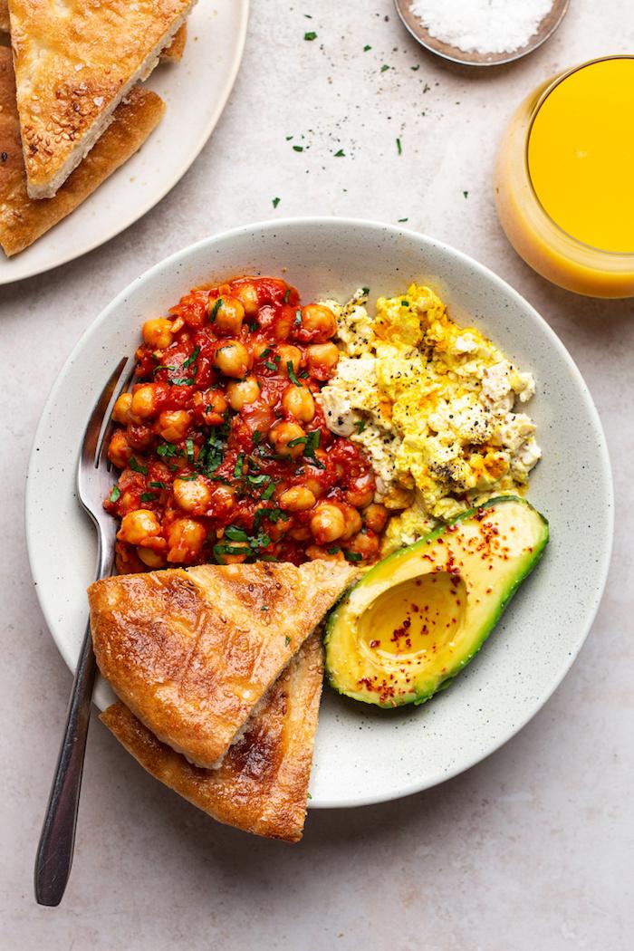 idée de brunch maison repas vegan ou vegetarien avec un avocat fritata et sauce de tomates