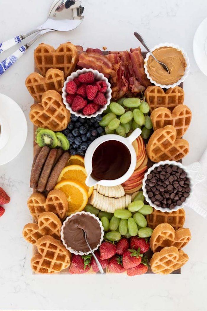 idée de brunch maison sucré avec des gaufres chocolat fruits beurre de cacahouettes sur un plateau