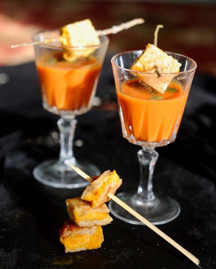 idée verrine apéro soupe tomate avec des bouchées de fromage entre tranches de pain