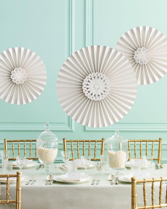 idee brunch buffet comment mettre la table des decorations de papier dans une salle a manger avec des murs turquoises
