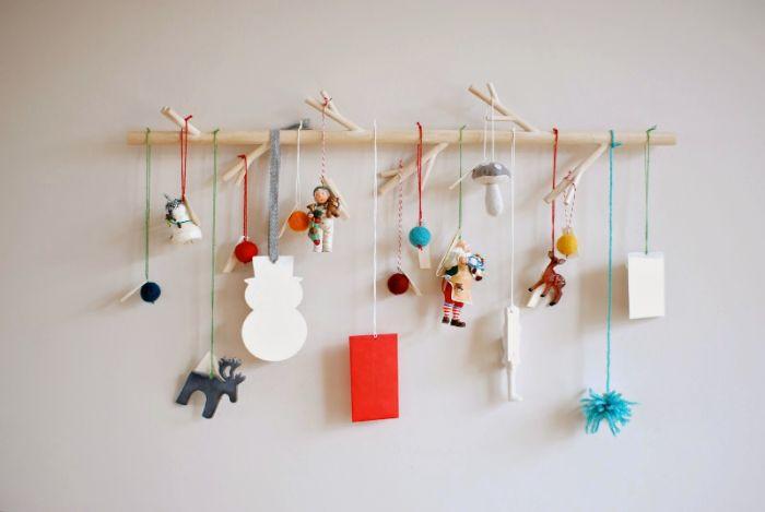 idee calendrier de l avent enfant avec des jouets accrochés et suspendus à des fils sur une branche de bois bricolage pour tout petit