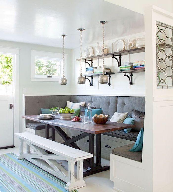 idee d amenagement petite salle a manger avec un canape et banquette une table en bois au milieu des lampes aui pendent du plafond