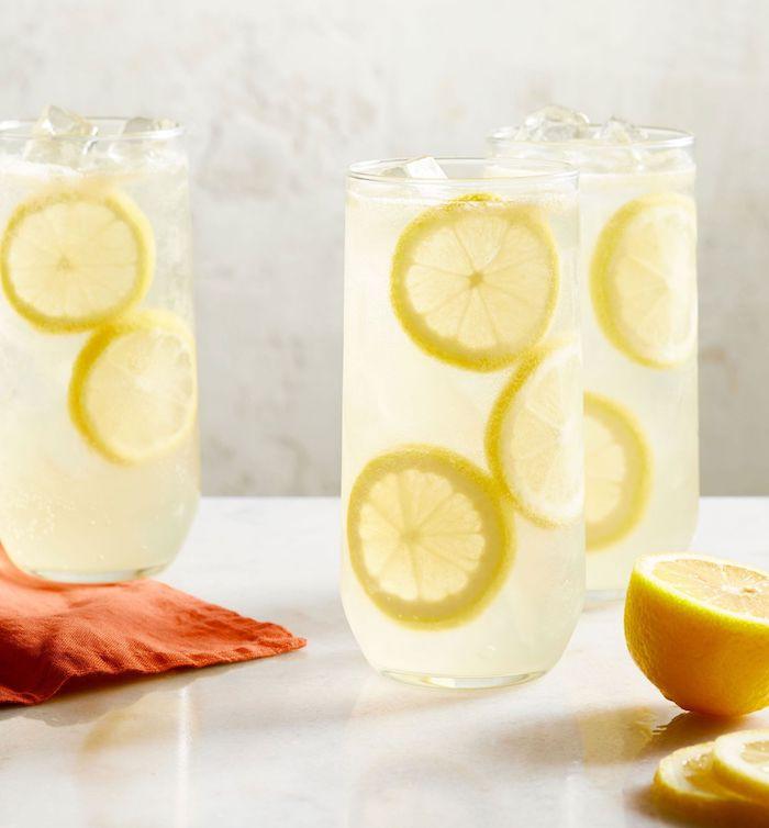 idee de boisson pour un brunch de limonade a la vanille fait maison avec des tranches de citron et de sucre