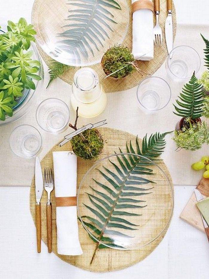 idee de decoration table originale avec des plantes vertes des couverts avec des details en bois et coussins de table en liege