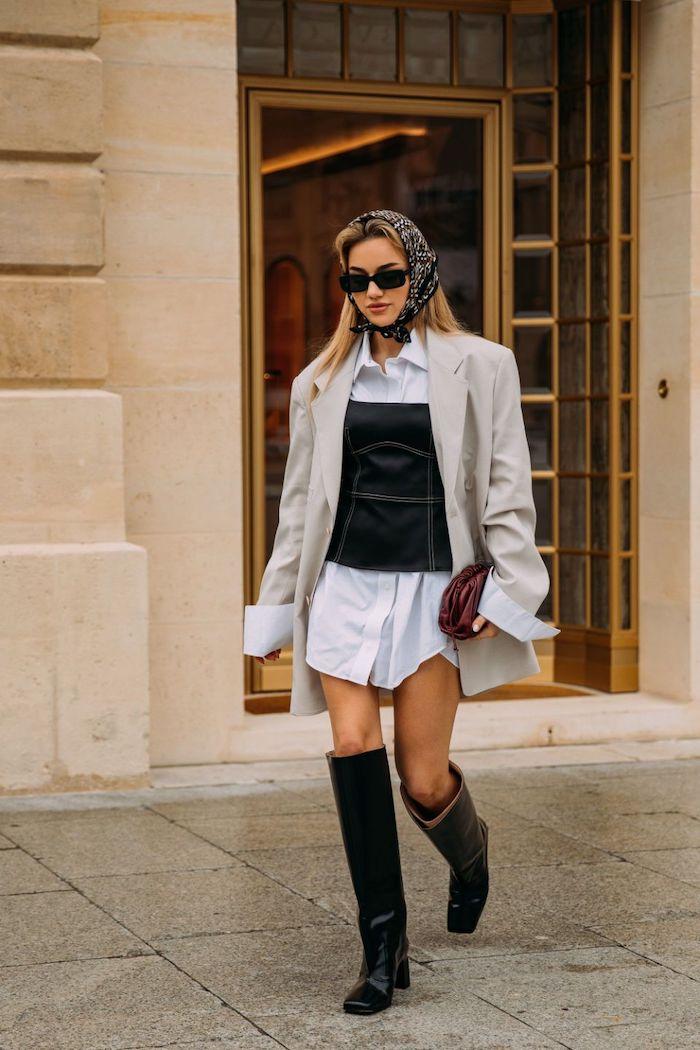 idee de style vestimentaire femme avec un longue chemisier verste et un corset un bandeau sur tete et lunettes de soleil