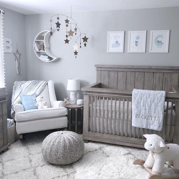 idee deco chambre bébé garçon avec lit bois gris pouf tressé fauteuil blanc tapis gris et blanc murs couleur gris clair