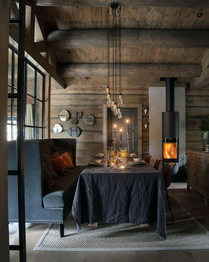 idee deco salle a manger rustique avec des murs de bois miroirs ronds cheminée design canapé gris anthracite