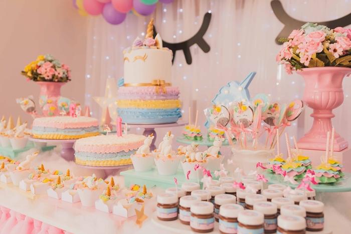 idee decoration anniversaire fille sur theme licorne gateau guirlande cupcakes arc en ciel dessert vase fleurs rose