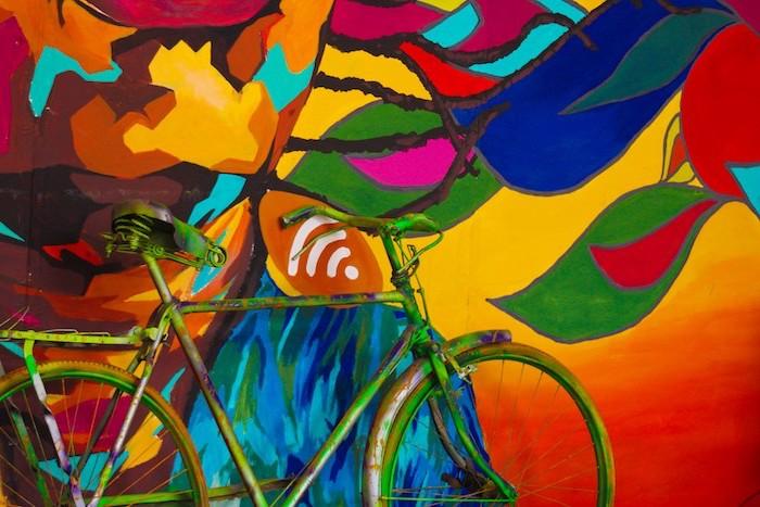 idee fond d ecran un velo peint en vert adosse a un mur multicolres details abstraits